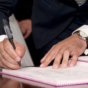 Firma de documento con pluma negra