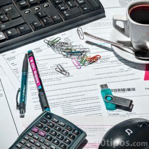 Escritorio con elementos de oficina