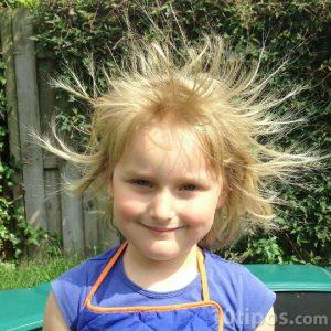 Niña pequeña con el cabello electrificado