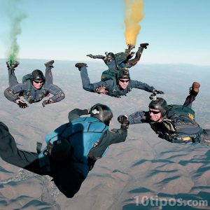 Equipo realizando acrobacias en pleno salto