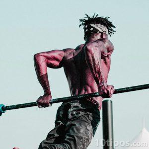 Hombre atlético haciendo ejercicio de espaldas