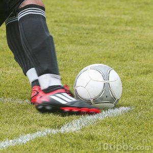 Futbolista pateando el balón