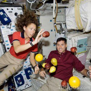 Astronautas provando los efectos de la gravedad cero