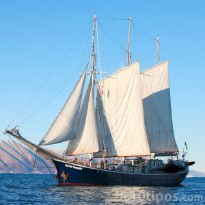 Embarcación con 3 vela para navegar con el viento