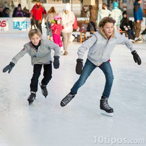 Niños patinando sobre el hielo