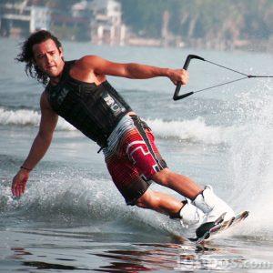 Hombre practicando deportes acuáticos