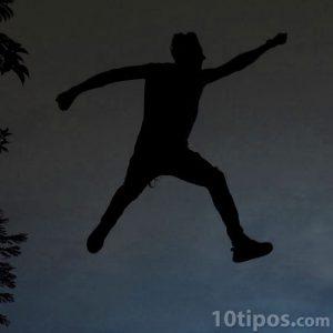 Hombre saltando por los aires