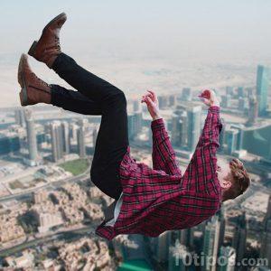 Hombre cayendo por los aires