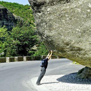 Hombre empujando roca gigante