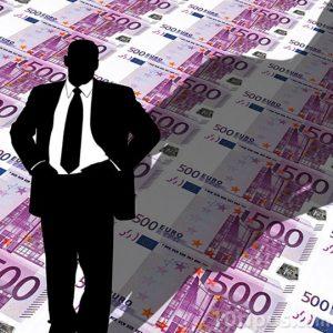 Hombre de traje en fondo de euros