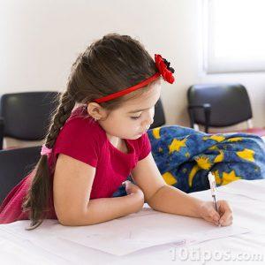 Niña haciendo tarea