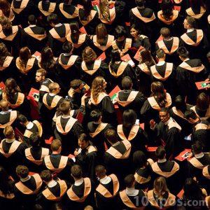 Grupo de graduados vistiendo toga para la ceremonia de graduación