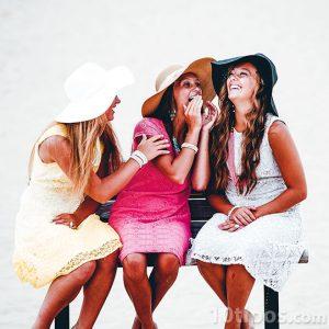 Mujeres platicando en un día soleado