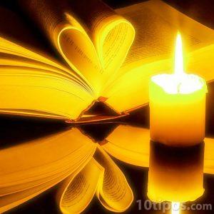 Libro con motivos románticos a la luz de una vela