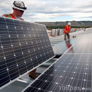Ingenieros instalando celdas solares para generar electricidad
