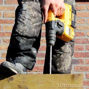 Obrero taladrando una pieza de madera