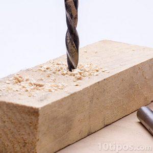 Trabajo de carpintería con un broca