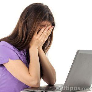 Mujer llorando enfrente de su computadora