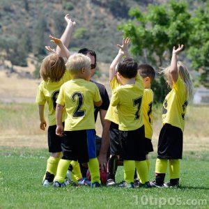 Niños pequeños preparándose para evento deportivo