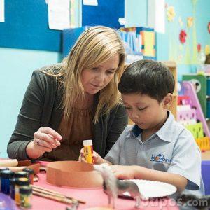 Maestra supervisando a un alumno