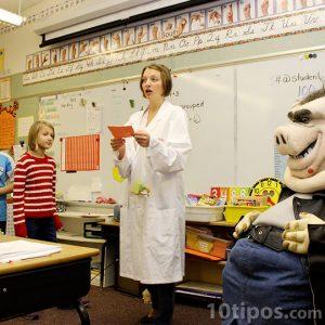 Maestra explicando la clase ante sus alumnos