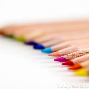 Lápices hechos de madera de diferentes colores