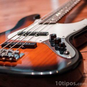 Guitarra eléctrica de color madera con negro