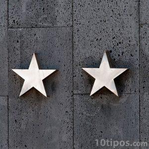 Piso de gris con dos estrellas de metal