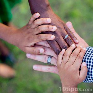 Diversidad de manos en color y tamaño