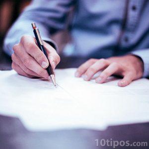 Persona firmando un contrato