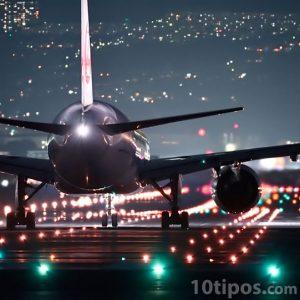 Avión en pista apunto de despegar
