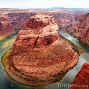 Imagen de un cañon atravesado por un río