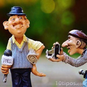 Representación de reporteros presentando una noticia