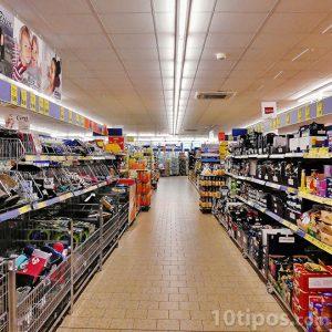 Pasillo de un supermercado con mercancía
