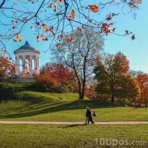 Personas caminando por el parque