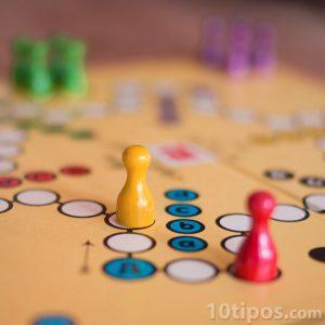 Acercamiento de un tablero de juego con sus piezas