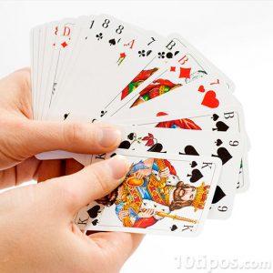 Persona mostrando su mano con naipes