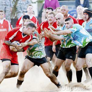 Hombres jugando el tradicional Rugby