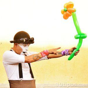 Payaso sosteniendo una flor hecha de globos