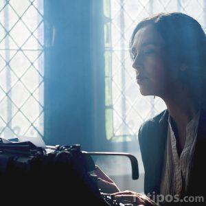 Mujer escribiendo en un maquina