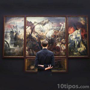 Hombre observando pinturas de fin del mundo