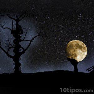 Persona cargando la luna en su espalda