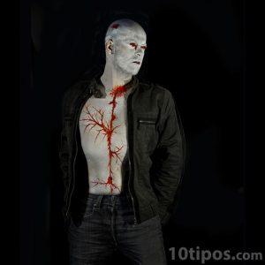 Hombre maquillado en el cuerpo de color gris y rojo