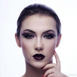Mujer con maquillaje obscuro
