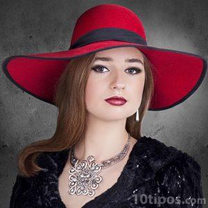 Mujer arreglada con sombrero rojo