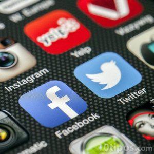 Fotografía de pantalla de smartphone con diferentes aplicaciones