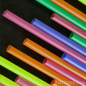 Tubos de plástico de deferentes colores llamados pajillas