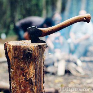 Hacha que se usa para cortar madera