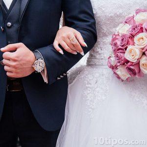 Hombre y mujer recién casados