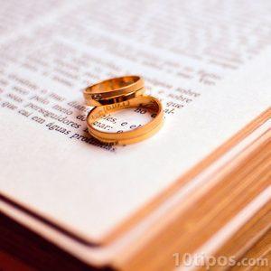 Anillos de matrimonio hechos de oro